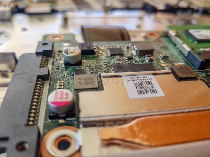 white för verktygslåda för datorbegreppsreparation Stäng sig upp moderkortet för manreparationsbärbara datorn med skruvmejsel royaltyfri bild