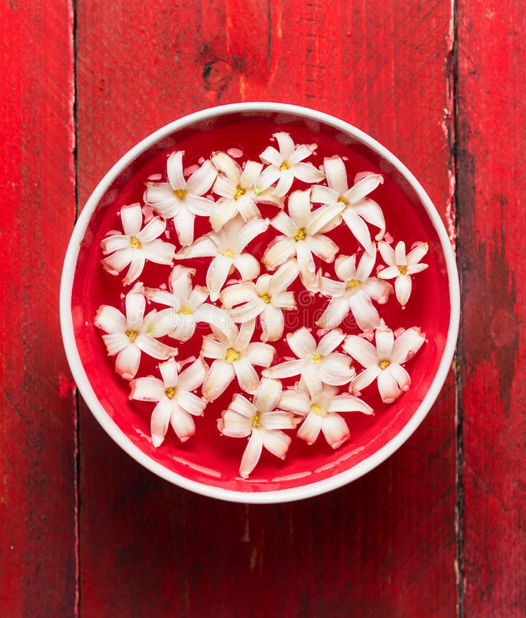 Free White Flowers In Bowl With Water On Red Wooden Table, SPA Background Royalty Free Stock Photos - 50513198