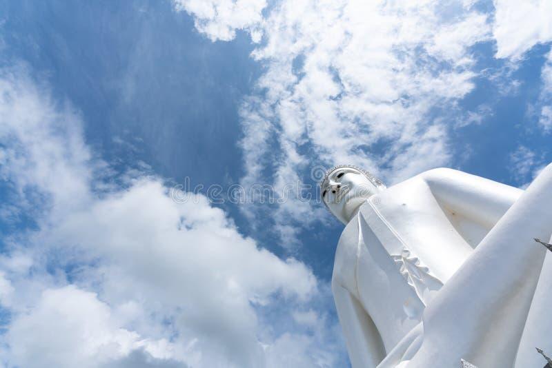 White Giant Buddha in de tempel bij Wat Phu Manorom in Mukdahan royalty-vrije stock foto