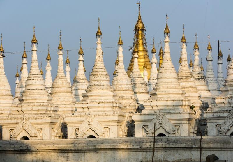 White Kuthodaw Pagoda i Myanmar royaltyfria foton