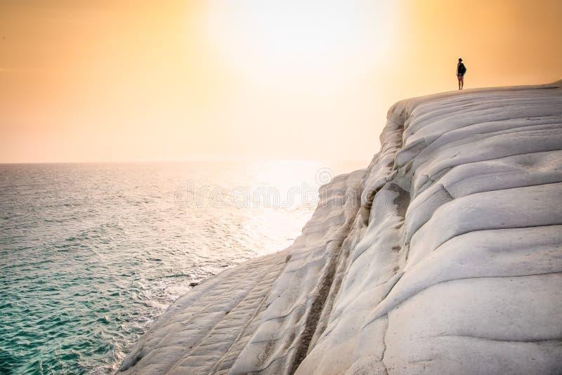 white na plaży Scala dei Turchi w zmierzchu na Sicily fotografia stock