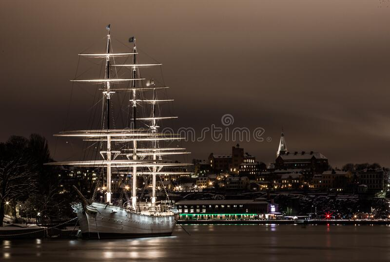 White Ship on Port i natt arkivfoto