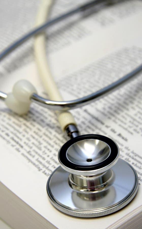 white stetoskopu książka medyczny zdjęcie stock