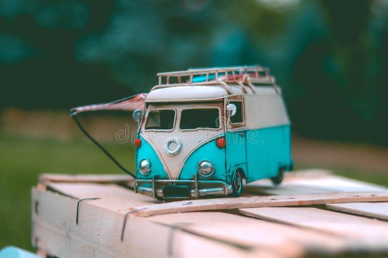 White and Teal Volkswagen van die-cast Model stock foto