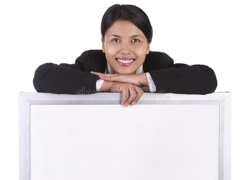 Whiteboard para afixar a mensagem abaixo da mulher de sorriso fotografia de stock royalty free