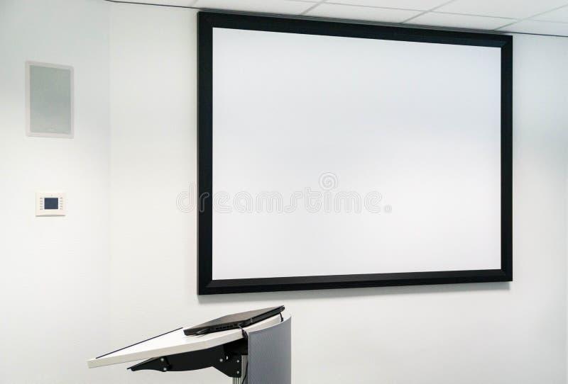 Whiteboard w sala lekcyjnej przy uniwersytetem, pulpit obraz stock