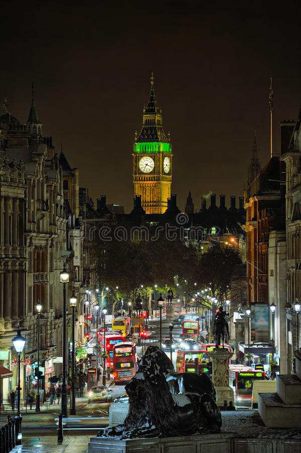 Whitehall, dat aan de Big Ben Londen, Engeland, het UK kijkt stock afbeelding