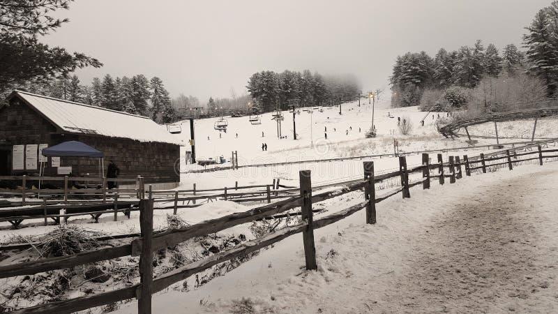 Whitemountain med skidar lutningar under vinter och insnöade Boston royaltyfria bilder