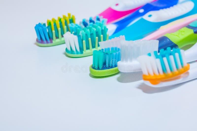 whitening Cuidado del diente concepto sano de los dientes Nuevos cepillos de dientes ultra suaves en fila, industria dental Diver fotos de archivo