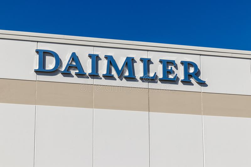Whitestown - около март 2018: Daimler перевозит центр распределения на грузовиках Северной Америки Тележки Daimler в прошлом Frei стоковые фото