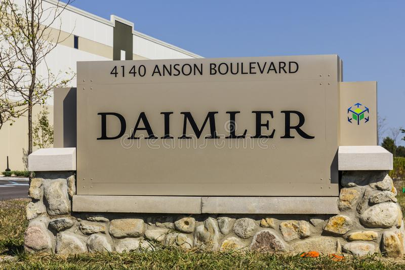 Whitestown - около сентябрь 2017: Daimler перевозит центр распределения на грузовиках Северной Америки Тележки Daimler в прошлом  стоковая фотография rf