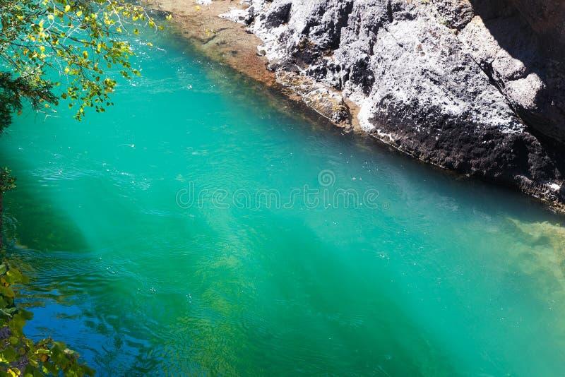 Whitewater esmeralda ensolarado do rio da montanha fotografia de stock royalty free