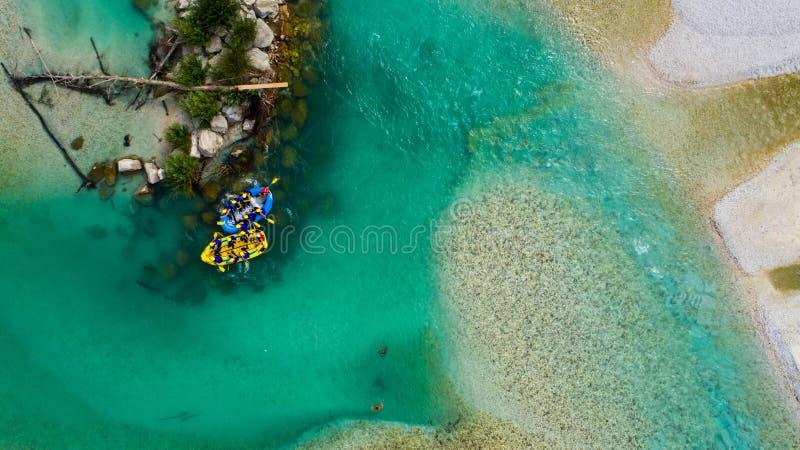 Whitewater flisactwo na szmaragdzie nawadnia Soca rzeka, Slovenia zdjęcia stock
