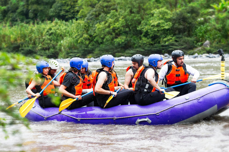 Whitewater-Fluss-Flößenboot mit Touristen lizenzfreie stockbilder
