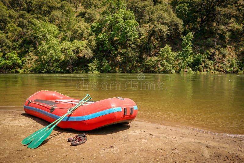 Whitewater rafting boot op kust van bergrivier klaar voor avontuur stock fotografie