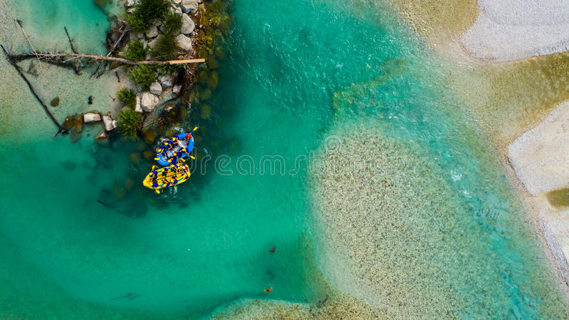 Whitewater Rafting op de Smaragdgroene wateren van Soca-rivier, Slovenië stock foto's