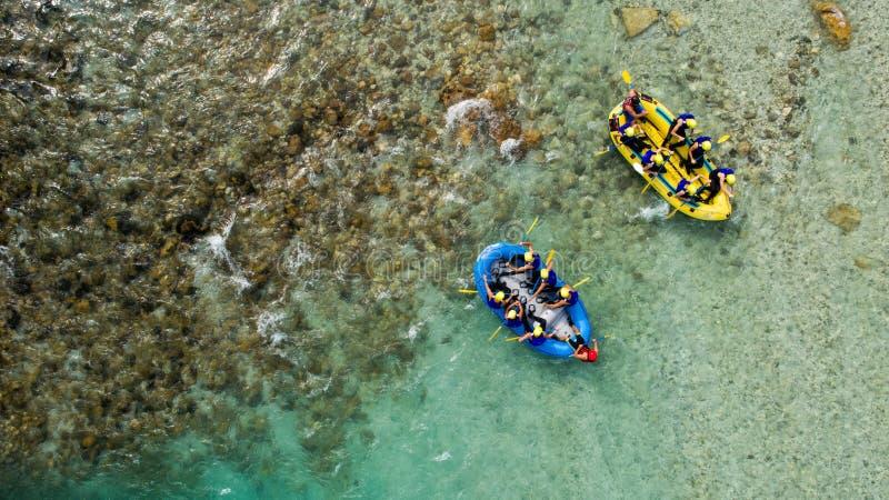 Whitewater Rafting på smaragdvattnet av den Soca floden, Slovenien royaltyfria bilder