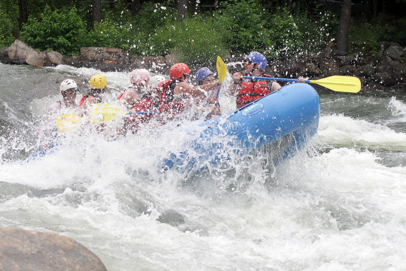 Whitewater transportant l'amusement par radeau photo libre de droits