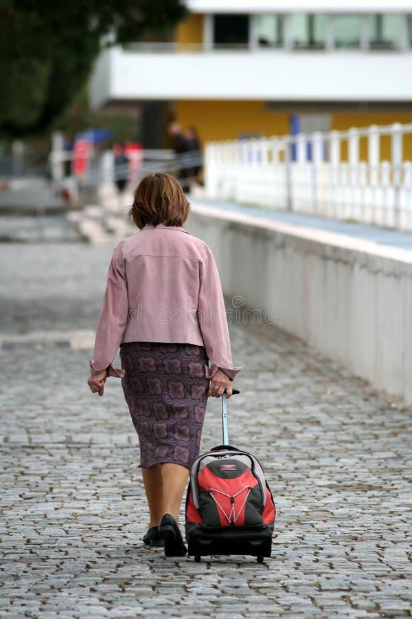 Whith de femme il bagage photographie stock libre de droits