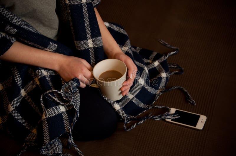 Whith de fille par tasse de café photos libres de droits