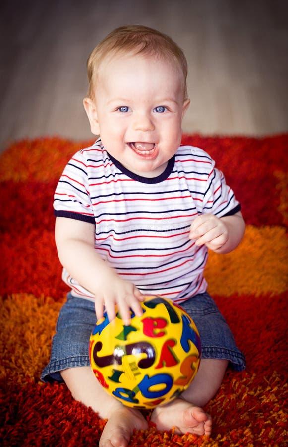 Whith do menino uma esfera imagem de stock