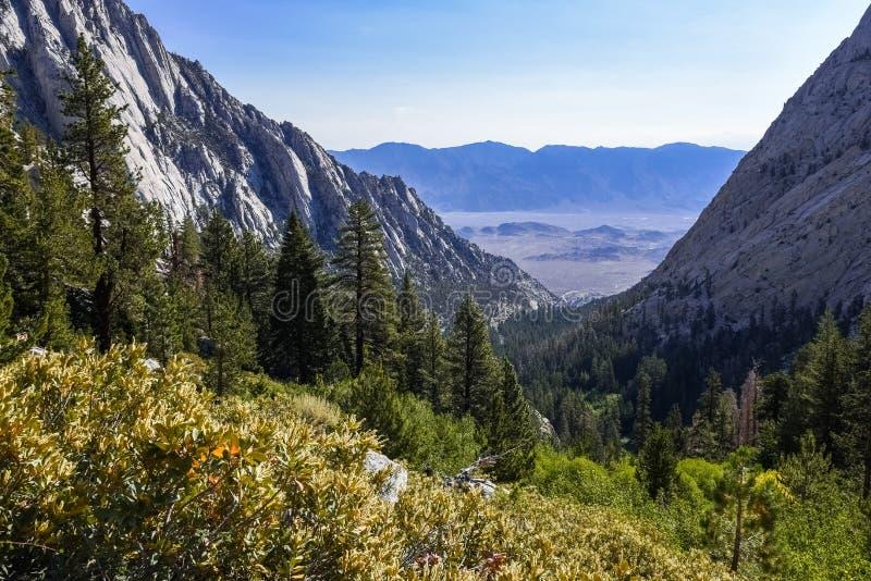 Whitney Wrotna dolina jak widzieć od śladu prowadzi Samotny Sosnowy jezioro, Wschodni sierra, Kalifornia fotografia royalty free