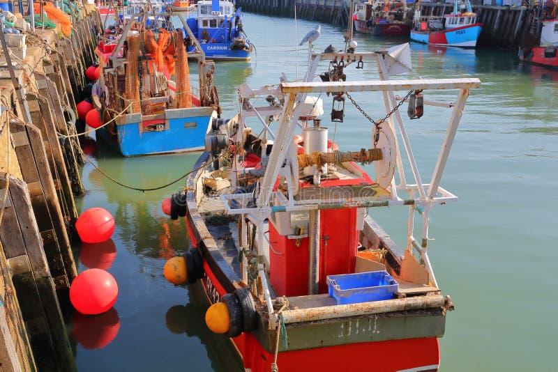 WHITSTABLE, ВЕЛИКОБРИТАНИЯ - 15-ОЕ ОКТЯБРЯ 2017: Удя гавань с красочными рыбацкими лодками стоковое изображение rf