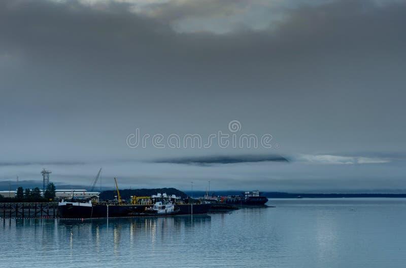 Whittier предусматривало в тумане в Аляске Соединенных Штатах Америки стоковое изображение rf