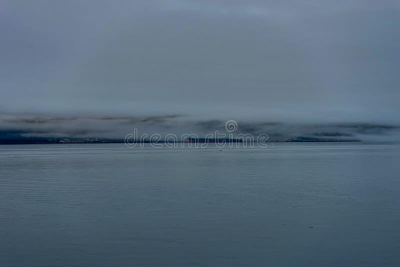 Whittier предусматривало в тумане в Аляске Соединенных Штатах Америки стоковое фото rf