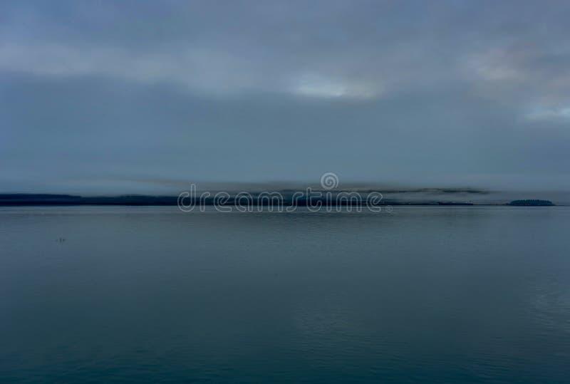 Whittier täckte i dimma i Alaska Amerikas förenta stater arkivfoto