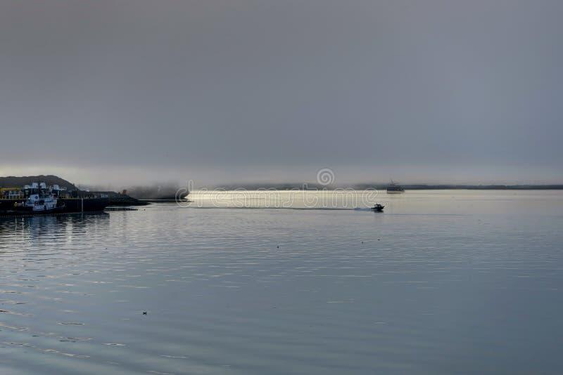 Whittier täckte i dimma i Alaska Amerikas förenta stater royaltyfri foto