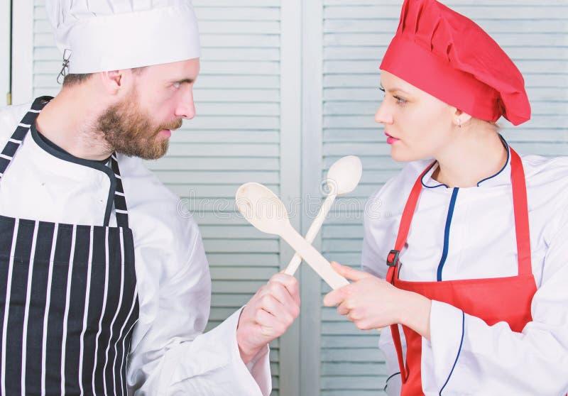 Who betere kok Uiteindelijke het koken uitdaging Culinaire slag van twee chef-koks Het paar concurreert in culinaire arts. Keuken stock afbeelding