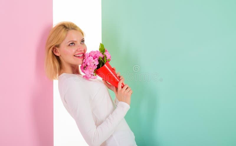 Who is haar geheime gelukkige ontvangen bloemen van de bewonderaardame van geheime bewonderaar De het boeketbloemen van de meisje royalty-vrije stock fotografie