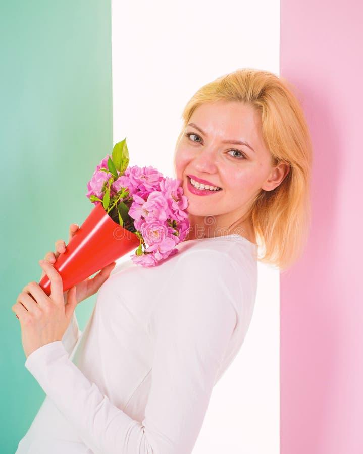 Who is haar geheime gelukkige ontvangen bloemen van de bewonderaardame van geheime bewonderaar Vrouw dromerig glimlachen probeert stock afbeeldingen