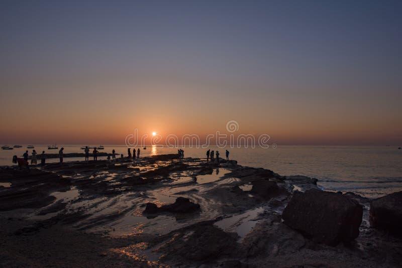 Who van iemand neemt huwelijksfoto's tijdens de zonsondergang stock afbeeldingen