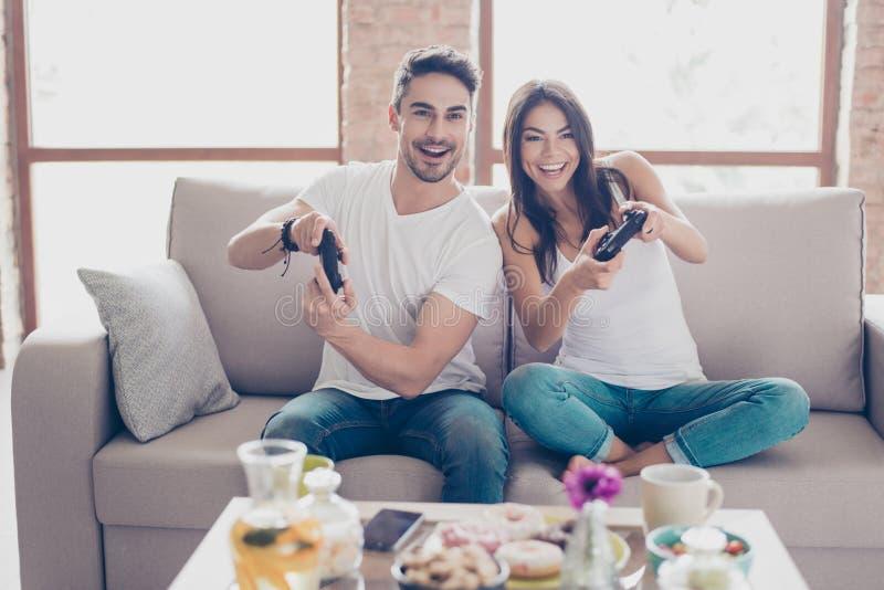 Who zal winnen? Concurrentie van siblings die autorace spelen excite royalty-vrije stock afbeeldingen