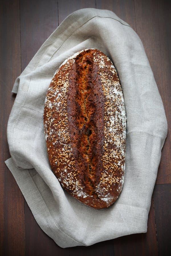 Whole-grain χειροτεχνική φραντζόλα ψωμιού με τους σπόρους και τις βρώμες στοκ εικόνα