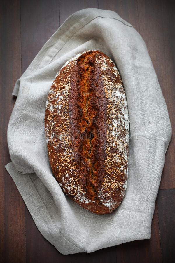 Whole-grain artisanaal broodbrood met zaden en haver stock afbeelding