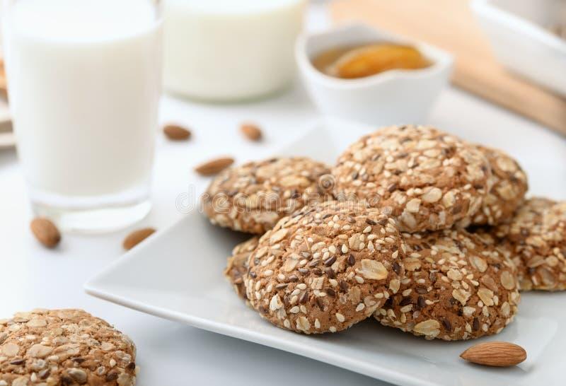 Wholegrain γάλα και αμύγδαλα μπισκότων στοκ φωτογραφίες με δικαίωμα ελεύθερης χρήσης