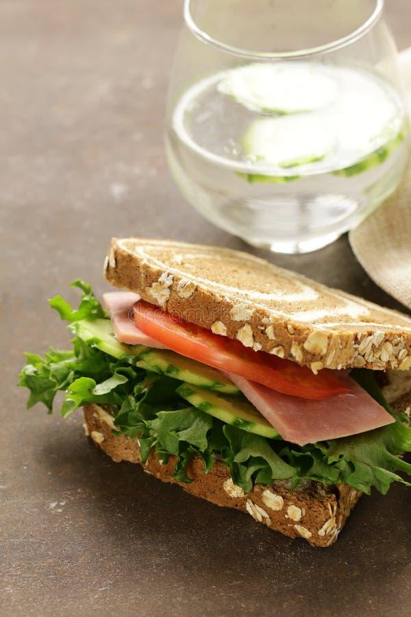 Wholegrain σάντουιτς με το ζαμπόν, ντομάτα, αγγούρια στοκ φωτογραφίες