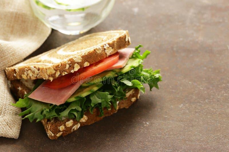 Wholegrain σάντουιτς με το ζαμπόν, ντομάτα, αγγούρια στοκ φωτογραφίες με δικαίωμα ελεύθερης χρήσης