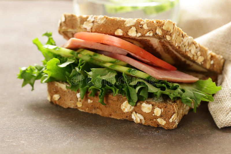 Wholegrain σάντουιτς με το ζαμπόν, ντομάτα, αγγούρια στοκ εικόνες