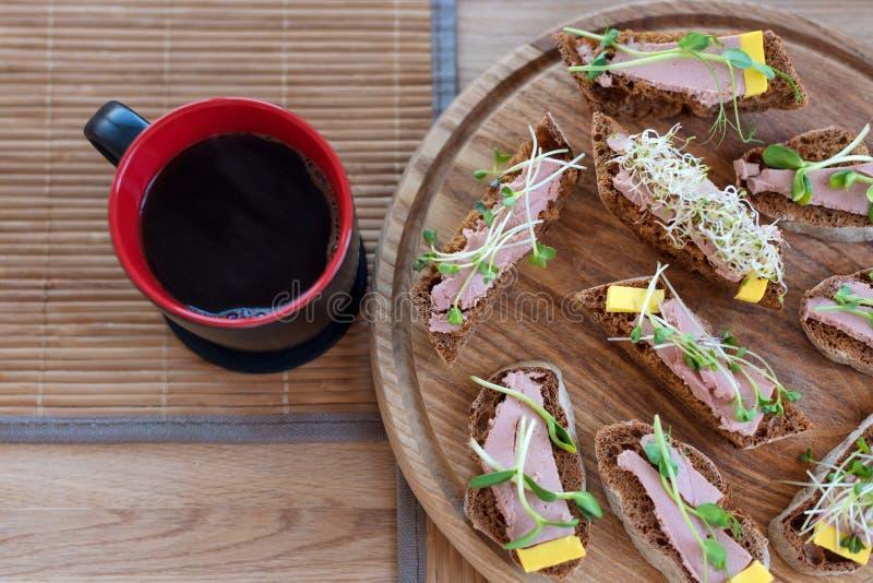 Wholegrain σάντουιτς με το φλυτζάνι καφέ πρασίνων και πρωινού μικροϋπολογιστών Πίνακας τροφίμων κομμάτων Vegan με τα οργανικά καν στοκ φωτογραφία με δικαίωμα ελεύθερης χρήσης