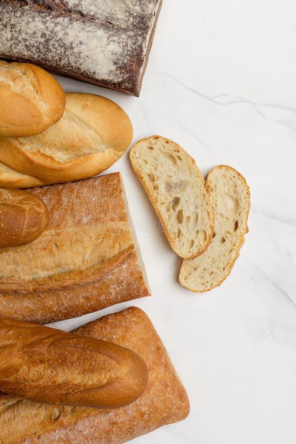 Wholegrain, белый и коричневый хлеб с кусками на белой предпосылке стоковая фотография