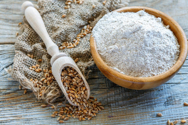 Wholegrain пшеничная мука в деревянном шаре стоковая фотография rf