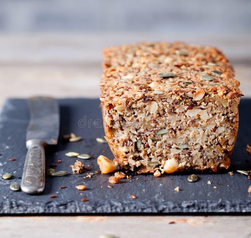 Wholegrain chleb z ziarnami na dryluje talerza zdjęcie royalty free
