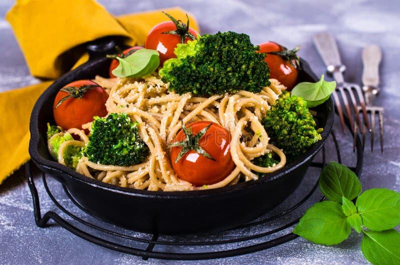 Wholegrain deegwaren met groenten royalty-vrije stock afbeelding