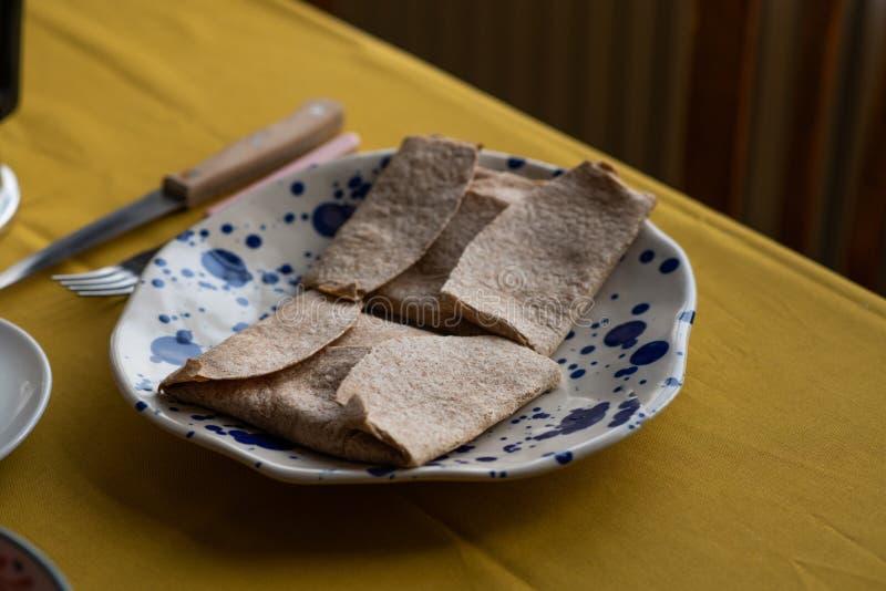 Wholewheat śniadaniowy tortilla, faszerujący z baleronem, serem i jajkami, zdjęcia royalty free