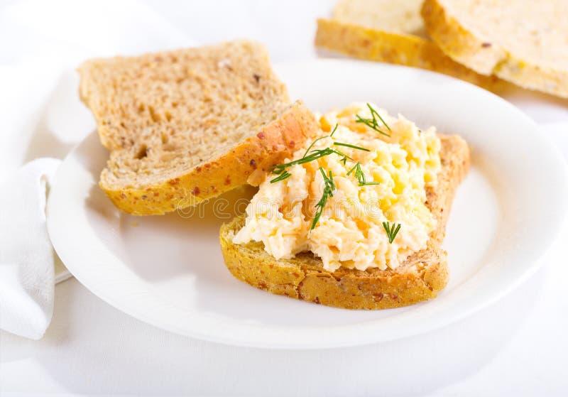 wholewheat för tomater för sida för smörgås för sallad för ägg för brödCherrydof grund arkivbild
