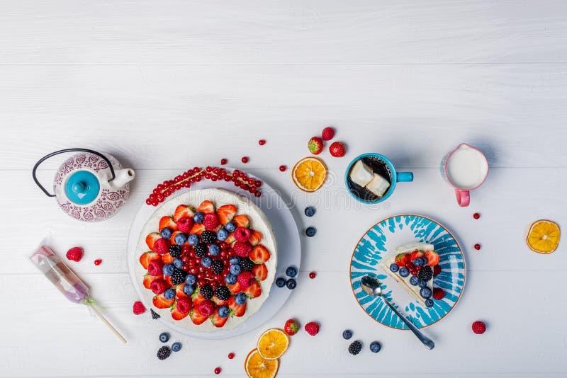 Whoopie mjölkar pajen utformade kakan med ny frukt, marshmallowen, kaffe och arkivbilder